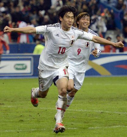 国際親善試合のフランス戦で、後半に決勝ゴールを決め喜ぶ香川。奥は乾=12日夜、サンドニ(共同)