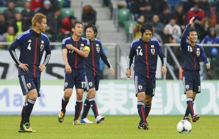 日本―ブラジル 前半、2点目を許し肩を落とす本田(左端)ら日本イレブン=16日、ウロツワフ(共同)
