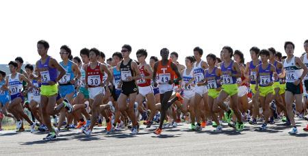 自衛隊の滑走路を埋め尽くすような走者の群れ。熱気渦巻く予選会が始まった(10月20日、共同)