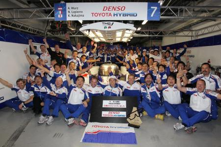 富士スピードウェイでの世界耐久選手権優勝を喜ぶトヨタ・チーム TOYOTA Racing