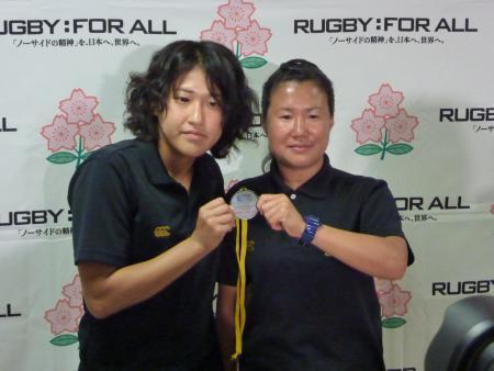 W杯地区予選で獲得したメダルを披露する中村千春主将(左)と浅見敬子ヘッドコーチ(10月9日、東京都内で、渡辺匡撮影)
