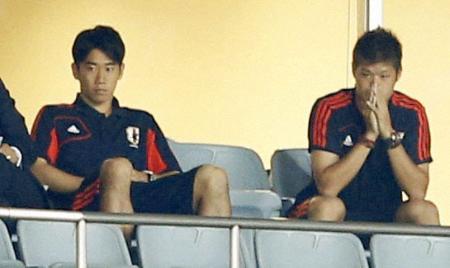 サッカーW杯最終予選 イラク戦をスタンドで観戦する香川(左)と酒井宏=9月11日、埼玉スタジアム(共同)