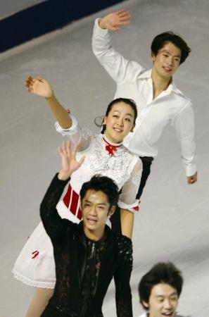 ソチ五輪へ向け好スタートを切った日本フィギュア陣。中国GPのエキシビションで笑顔を見せる(手前から)高橋大輔、浅田真央、町田樹。(11月4日、共同)