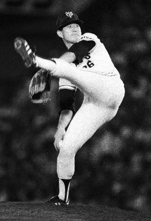 左足をピンと一直線に跳ね上げ力投する巨人時代の西本聖投手。(1984年8月25日の中日戦から、共同)