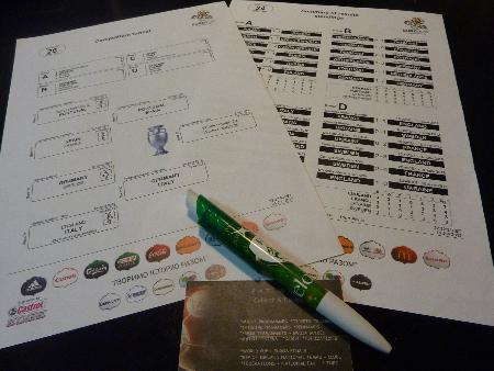 アイルランドのロゴ入りボールペンとパットさんの名刺(手前)。上は彼らマニアには貴重な大会公式資料。(田丸英生撮影)