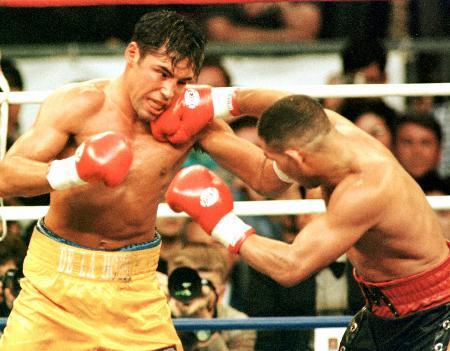 1997年の試合でデラホーヤ(左)と打ち合うカマチョ
