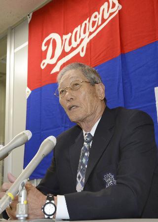 今季限りでの退団となり記者会見する権藤博コーチ(10月24日、名古屋の球団事務所、共同)