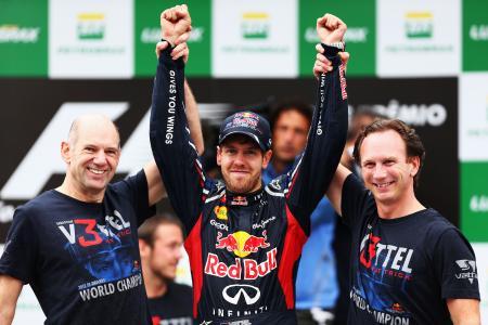 アクシデントを乗り越え、F1史上3人目の3連覇を達成したフェテル(中央)Red Bull