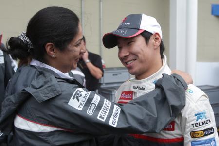 2013年シーズンのF1参戦断念を発表した小林可夢偉(右) Sauber