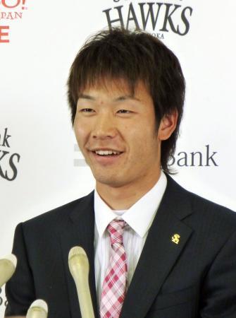 1年目の契約更改を終えて笑顔で記者会見する武田翔太(12月3日、共同)