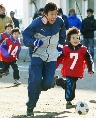東日本大震災の復興支援を目的としたサッカー教室で、子どもたちと触れ合う中山雅史さん=12月27日、仙台市内