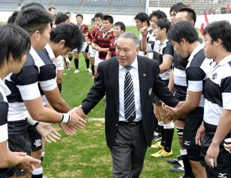早大との試合後、両チームの選手らに見送られ花園のグラウンドを後にする大体の坂田好弘監督(2012年12月23日、共同)