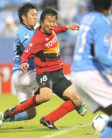 Jリーグで活躍する名古屋グランパスの永井(中央)=2012年11月17日(共同)