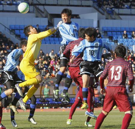 後半4分、ヘディングで同点ゴールを決める鵬翔・芳川(中央)。GK永井=19日、国立競技場(共同)