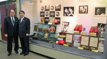 後楽園ホール内で逸品展示が始まった。右は大橋秀行氏