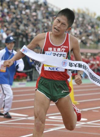 福岡国際マラソンで不本意な2時間10分29秒の6位に終わった川内優輝(2012年12月2日、平和台陸上競技場、共同)