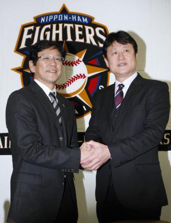 日本ハムの栗山監督(左)と阿井英二郎ヘッドコーチ=1月11日午後、千葉県鎌ケ谷市(共同)