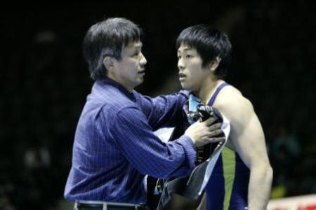 ロンドン五輪金メダリストの米満(右)は暴力即退部の拓大で鍛えられた