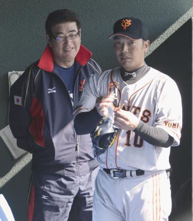 侍ジャパンでも主将を務める阿部(右)と言葉を交わすWBC日本代表の山本監督(2月11日、巨人宮崎キャンプで、共同)