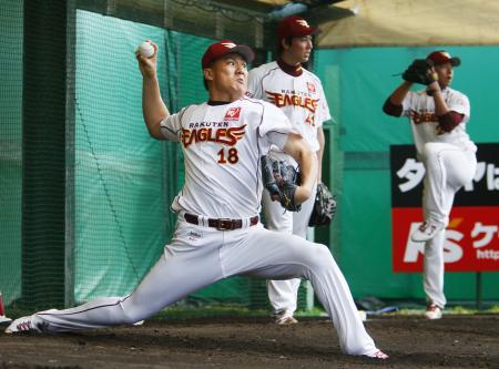 ブルペンで投げ込む楽天・田中(18)ら投手陣=久米島
