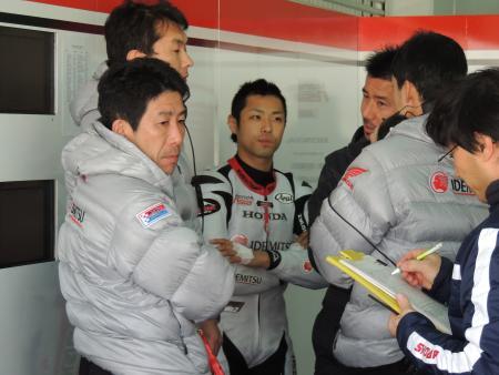 スタッフと話し合う高橋裕紀(中)、左が岡田忠之監督
