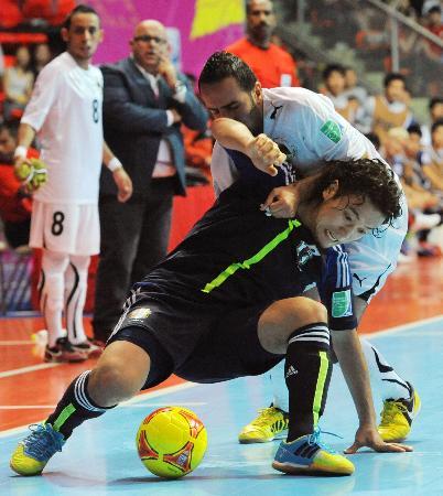 フットサルW杯・日本―リビア 後半、相手選手と激しく競り合う小宮山=バンコク(共同)