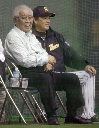 阪神キャンプを訪れ、笑顔を見せる野村元監督。右は和田監督=2月15日、宜野座(共同)