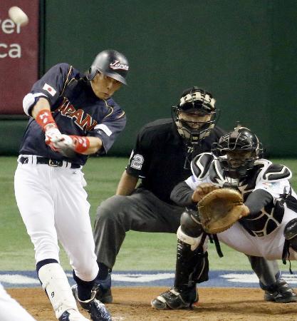 侍ジャパンの一員としても強打を披露した糸井(左)。WBCのオランダ戦で3点本塁打を放つ【2013年3月10日、東京ドーム、共同