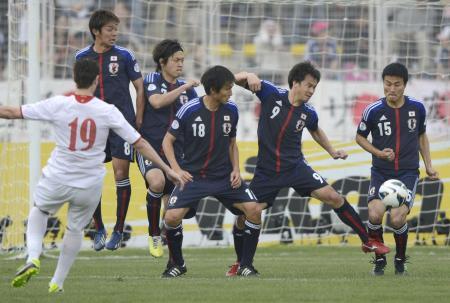 日本―ヨルダン 前半、FKを阻む(右から)今野、岡崎ら日本イレブン=26日、アンマン(共同)