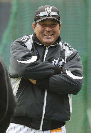 開幕直前の練習中に笑顔を見せるロッテの伊東監督(2013年3月28日、共同)