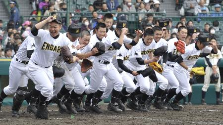 甲子園夢の初勝利 いわき海星に勝ち応援席に向かって駆け出す遠軽ナイン(2013年3月23日、共同)