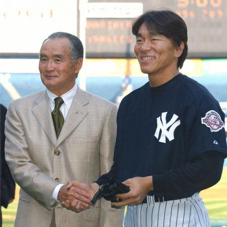 ヤンキースタジアムで握手を交わす長嶋茂雄氏(左)とヤンキースの松井秀喜外野手(当時)=2003年4月、ニューヨーク(共同)