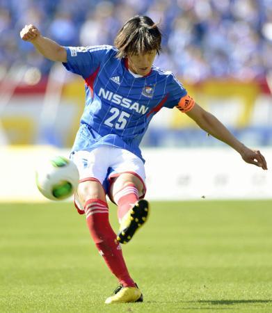 横浜M―川崎 前半、FKを放つ横浜M・中村=日産スタジアム