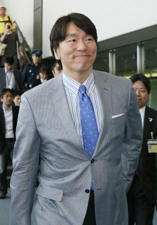 米ニューヨークへ向け出発する松井秀喜氏=9日午前、成田空港
