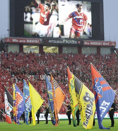 Jリーグ開幕20周年記念セレモニーで、グラウンドに並んだ各チームのフラッグ=11日夕、さいたま市の埼玉スタジアム
