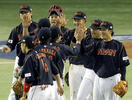 JAPANのユニホーム姿で誇らしげに勝利を喜ぶWBC戦士たち(2013年3月10日のオランダ戦から、共同)