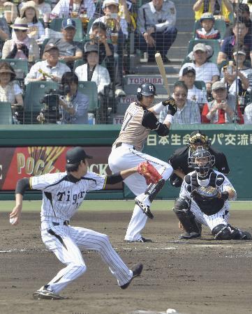 プロ初対戦した阪神先発の藤波晋太郎投手と打席に立つ日本ハムの大谷翔平右翼手。捕手藤井彰人(2013年5月26日、甲子園、共同)