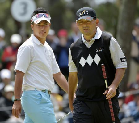 勢いで突っ走るか、熟練の技がものをいうか。21歳の松山英樹(左)と58歳の中嶋常幸はダイヤモンド・カップ最終日、最終組で競り合いを演じた(2013年6月2日、共同)