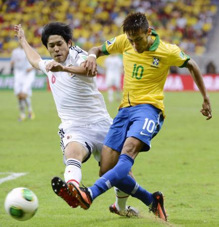 日本―ブラジル 後半、ネイマール(右)と競り合う内田=ブラジリア(共同)