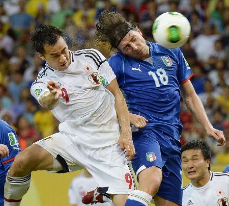 日本―イタリア 後半、ヘディングで同点ゴールを決める岡崎(左)=レシフェ(共同)