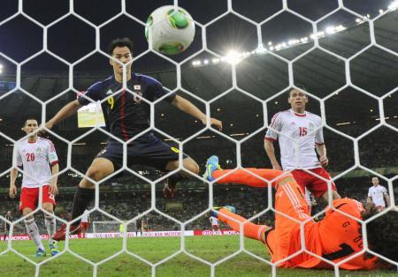 日本―メキシコ 後半、ゴールを決める岡崎(9)。GKオチョア=ベロオリゾンテ(共同)