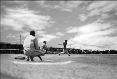 1943年から終戦まで米アリゾナ州の強制収容所につくられた銭村フィールドで日系の青年たちは機動力野球の原点を培った(The Nisei Baseball Research Project提供、共同)