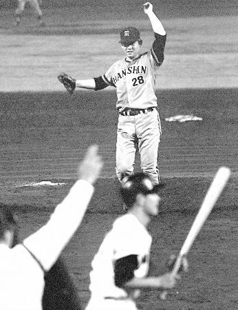 プロ野球オールスター第1戦で、9連続奪三振を記録した阪神・江夏豊投手。打者は加藤秀司選手(手前)=1971年7月、西宮球場