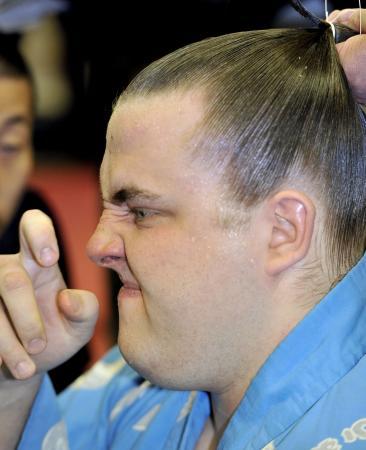 琴欧洲に敗れ、支度部屋で悔しそうな表情を見せる把瑠都(2012年3月21日、共同)