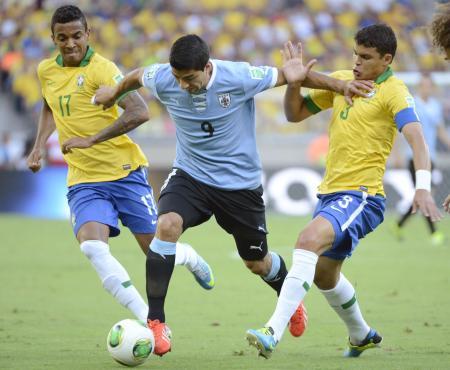 ブラジル―ウルグアイ 前半、厳しいマークを受けるウルグアイのスアレス(中央)=ベロオリゾンテ(共同)