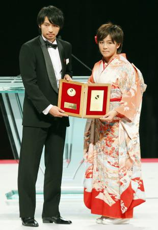 ベストヤングプレーヤー賞を受賞した鹿島・柴崎岳。右はなでしこリーグの日テレ・岩渕真奈=3日午後、横浜アリーナ