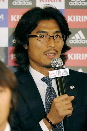 W杯南ア大会で16強入りした充足感を胸に帰国後の記者会見に臨んだ中沢佑二(2010年7月1日、関西空港、共同)