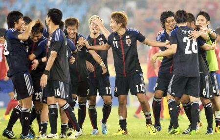 韓国を破って東アジア杯初優勝を果たし、喜ぶ日本イレブン=蚕室五輪スタジアム(共同)
