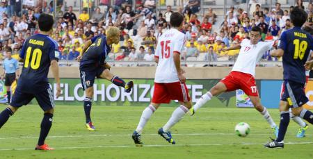 コンフェデ杯のメキシコ戦前半、シュートを放つ本田(左から2人目)=ベロオリゾンテ(共同)