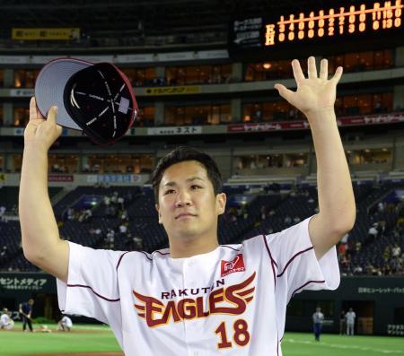 開幕からの連勝を19に伸ばし、ファンの声援に応える楽天・田中将大投手=30日、ヤフオクドーム